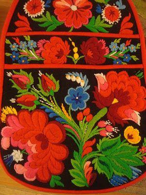 Swedish embroidery on a skirt pocket. Påsöm from Floda