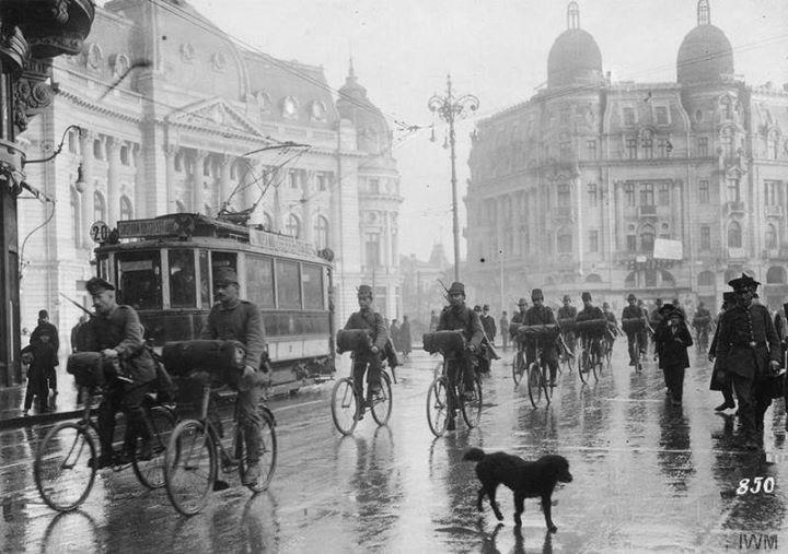 piata revolutiei in 1917 cu fundatia carol si blocul demolat in spate