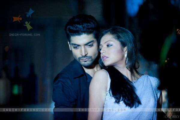 Drashti Dhami and Gurmeet Chaudhary as Geet and Maan in Geet Hui Sabse Parayi