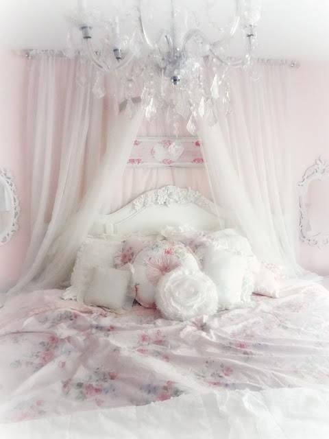 Beautiful shabby chic bedroom. If I were a princess. This would be my room.