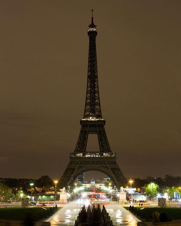 Ce soir, la Tour Eiffel est en deuil. Elle restera éteinte en hommage aux victimes des attentats. #NousSommesUnis #Paris © Jean-Baptiste Gurliat - Mairie de Paris