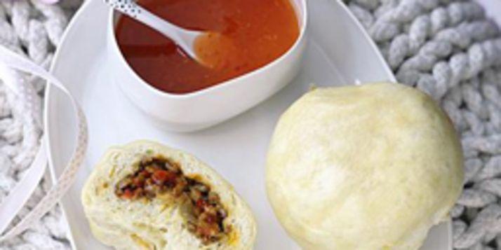 Warm en pittig zijn deze stoombroodjes van brooddeeg en gehaktvulling met ui en sambal. Stoombroodje (10 stuks) voor de broodjes 500 g bloem 1 zakje gist 1 tl suiker 1 tl zout 2 eieren voor de vulling 1 el olie 1 ui, gesnipperd 200 g rundergehakt 1 el sambal zout zoete chilisaus Vermeng alle ingrediënten [...]