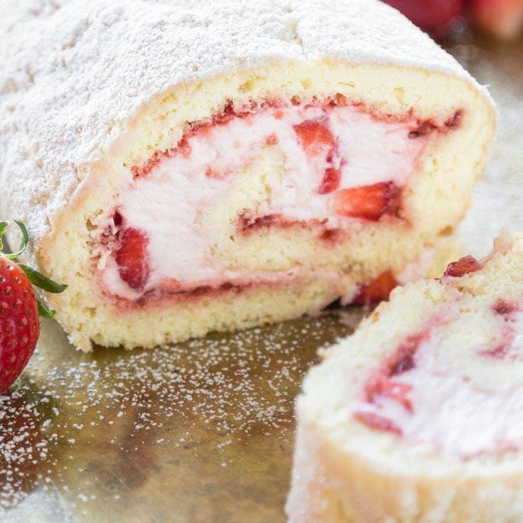 Mit Sahne und Erdbeeren gefüllt - die bekannteste aller Biskuitrollen. Ein bisschen fruchtig, ein bisschen cremig und mit diesem Rezept einfach gemacht.