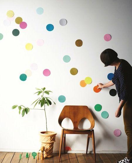 Des ronds de différentes couleurs collés sur le mur. Ça donne de la texture et c'est très design!