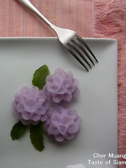Chor Muang (flower shaped chicken dumpling). Color from blue pea blossoms. Recipe & photo tutorial.
