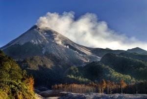 "Kamu tahu? Selain Yogyakarta, Sumatera Barat juga punya gunung bernama Gunung Merapi. Gunung berapi yang satu ini masih aktif, jadi harus hati-hati. (Did you know? Beside Yogyakarta, West Sumatera has also a mount named ""Gunung Merapi"". This volcano is an active one so you'd be better careful.)"