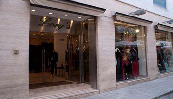 Nel locale rinnovato di Lory's, troverete ingrosso e dettaglio di abbigliamento uomo-donna. Per il settore uomo sono disponibili camicie, giacche, pantaloni, gilet, maglioni, cappotti, soprabiti, impermeabili, giubbotti, cravatte e ascot. Per il settore donna sono invece disponibili gonne, camicie, tailleur, giacche, twin-set, maglioni, cardigan, soprabiti, cappotti, giacconi, capi di maglieria, intimo, corsetteria e lingerie.