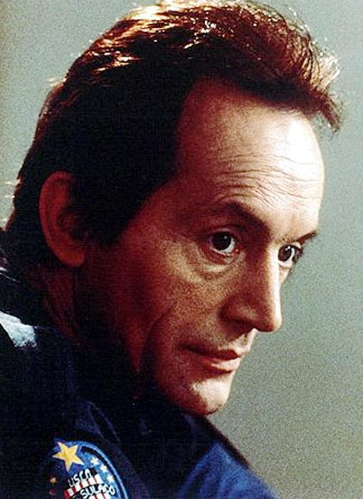 Lance Henriksen in Aliens (1986) as Bishop. Died in Alien 3 (1992).