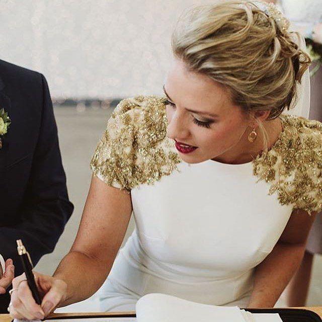Esas hombreras @modernhearts #disoñandobodas #disoñando #bodas #wedding #bride #novia #style #estilo #dress #vestidodenovia #tendencias #hombreras #makeup #fashion #novios
