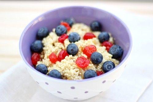 Das Kokos Beeren Quinoa schmeckt warm oder kalt und ist eine sehr köstliche Frühstücks-Alternative, ein gesunder Nachtisch oder einfach mal zwischendurch!