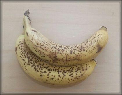 【得損】黒いバナナで濃厚レアチーズケーキレシピ!簡単ゼラチン・砂糖なしの作り方 | Shirutoku (シルトク) ◎材料 黒く変色したバナナ 1本 牛乳 100ml クリームチーズ 100g レモン汁 大さじ1 ◎作り方 1.バナナの皮をむく 2.むいたバナナを耐熱ボウルに入れ、500Wの電子レンジで2分30秒加熱する バナナは溶けて形が崩れていればOK。 3.チンしたバナナ、牛乳、クリームチーズ、レモン汁をミキサーへ入れ30秒。 4.カップに移し替えて、冷蔵庫で2時間冷やせば出来上がり。