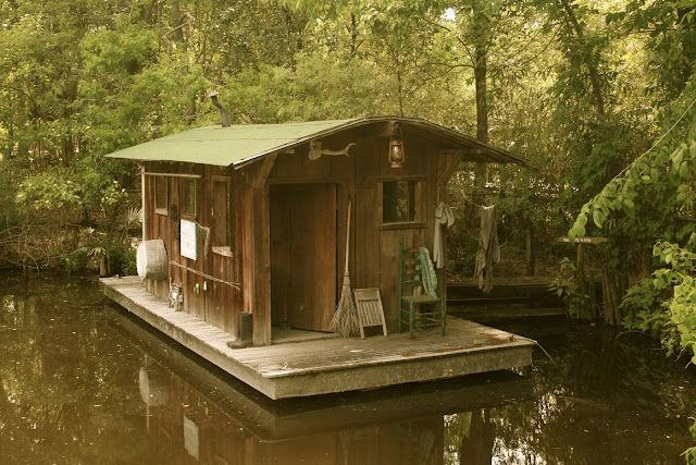 Tiny House Boat! I want to live here. It's perfect... Small house (less cleaning)