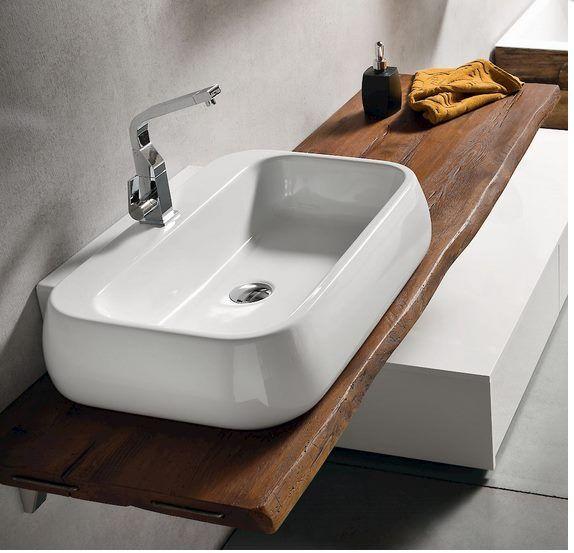 Bagno Jacana Bianco lucido con particolare piano in Rovere bollito e lavabo tuttofuori: ambiente etereo e sobrio riscaldato dal legno massello