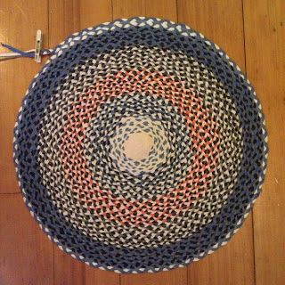 Linda Robertus: Braided rug made with t-shirt yarn