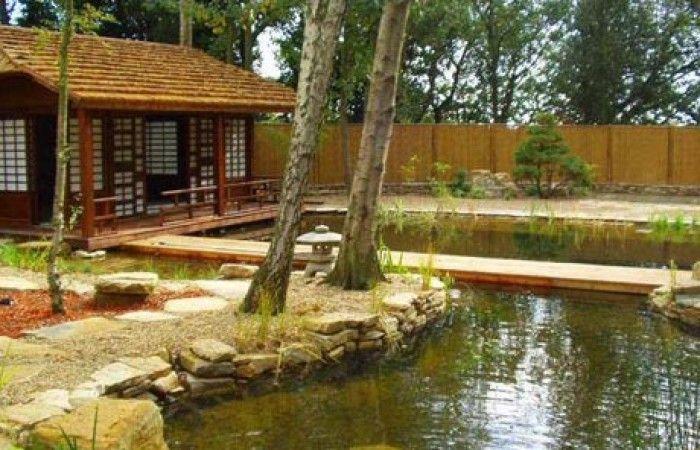 una piscina contornata da rocce si immerge meglio nel paesaggio