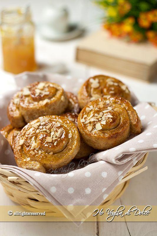 Girelle al miele senza uova e burro, brioches morbidissime per la colazione ricoperte di miele e farcite con marmellata. Ricetta facile da preparare.