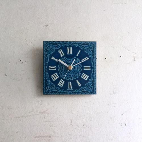 ヴィンテージブルーの壁掛け時計|アルミニウムにエンボスを入れ、ペイントを施したウォールクロックです!鮮やかなブルーのエイジングのペイントはタイルのような仕上がりですね。スクエア(四角)の小さな時計なのでちょっとした壁の隙間や柱にちょこっとつけてあげるとカッコいいです!壁にかけるだけで華やかになるアイテムです。ご自宅のにはもちろん、カフェやレストラン、洋服屋さん、どこでも目に止まる素敵なインテリアとして飾ってください!