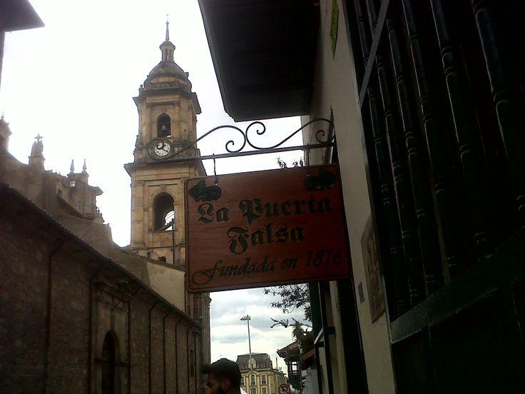 Restaurante santafereño La Puerta Falsa, fundado en 1816; al fondo, Catedral Primada de Bogotá.