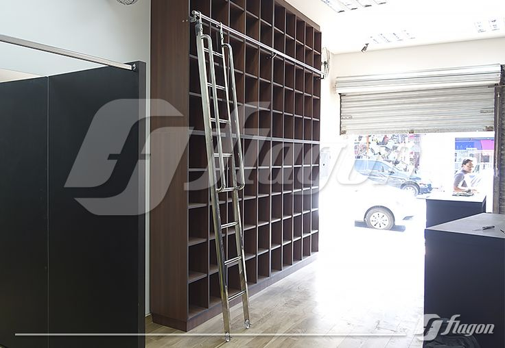 Escada deslizante fabricada em aço inox, sistema de ganchos e rodinhas de silicone. ( www.flagon.com.br )