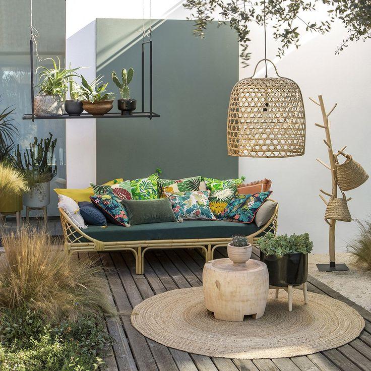 étagère à suspendre outdoor avec suspension en bois naturel et salon de jardin