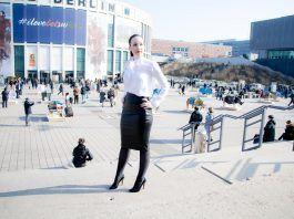 Lederrock und weiße Bluse mit Pumps – mein ITB Berlin Outfit für die Reisemesse – Tag 1