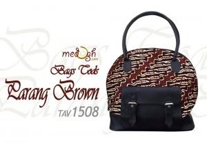 Tas batik dengan motif parang kalsik ini terinspirasi dari tas merk terkenal lho... yaitu TOD's dari Italy...