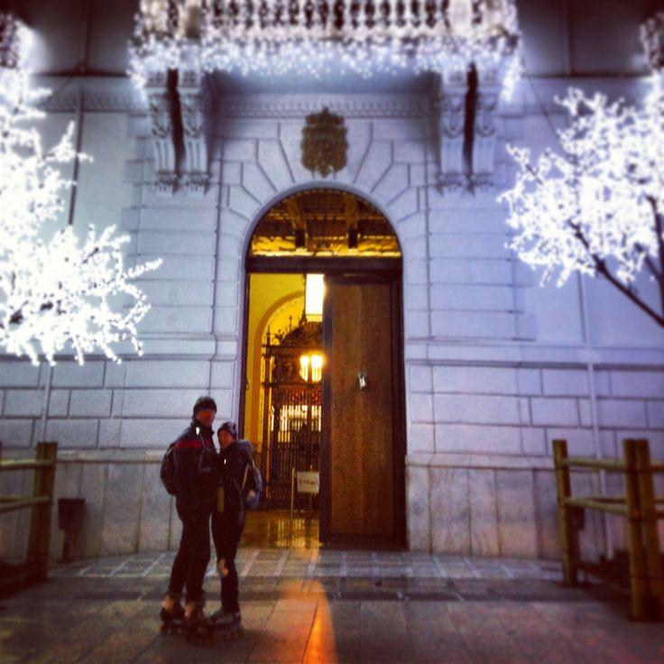 Puerta de ayuntamiento en Navidad.