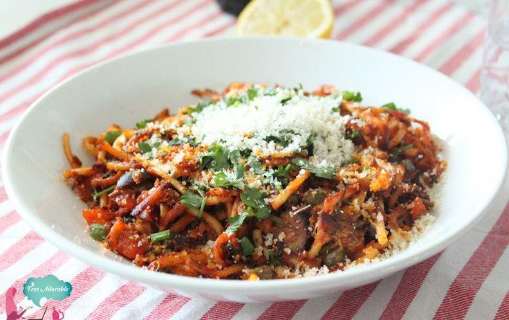 Een super snel maar lekker recept voor een vullende spaghetti puttanesca met tonijn, ansjovis, kappertjes en olijven. Eazy en comfy food!