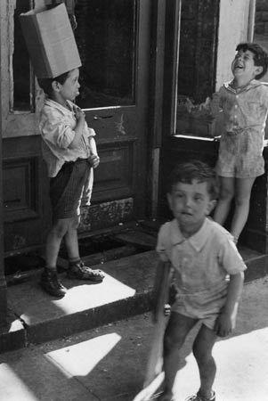 Helen Levitt. NYC (Three Boys in Doorway)