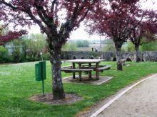 """Aire de pique-nique ombragée et à proximité du Dropt, l'aire de pique-nique se situe à l'entrée du village, à côté de l'agence postale. A voir l'église du XI/XIIème siècle et le pont médiéval dit """"Pont des Pélerins""""."""