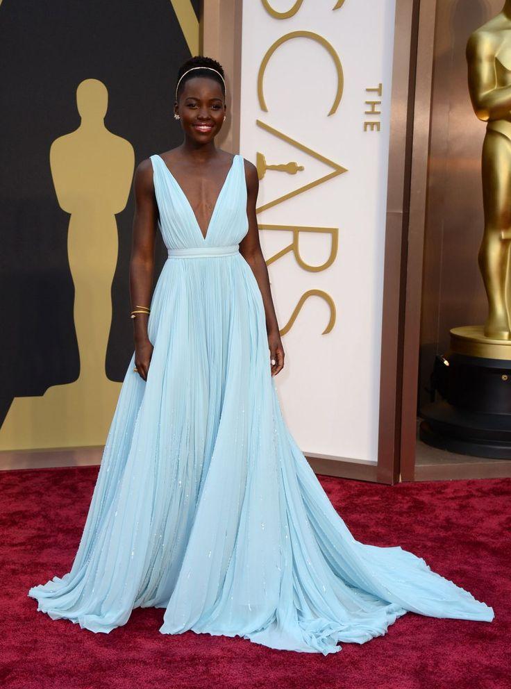 Lupita Nyong'o, Mejor Actriz de Reparto por '12 años de esclavitud', ha vuelto a exhibir su elegancia con un diseño de Prada de aires griego...