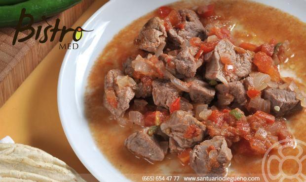 Cómo preparar Puntas de Filete de res a la Vizcaína: 1. En una olla de presión cocer las puntas de res, junto con un pedazo de cebolla y ajo.  2. Licuar tomates con un ajo en agua hirviendo.  3. En un sartén sofreír cebolla hasta que quede transparente. 4. Incorporar el tomate licuado con la cebolla sofrita. 5. Añadir un poco del caldo de la carne de res a tu salsa. 6. Cortar las puntas de res en cubos y agregarlos con la salsa. 7. Sazonar al gusto, se puede agregar cubitos de papa y…