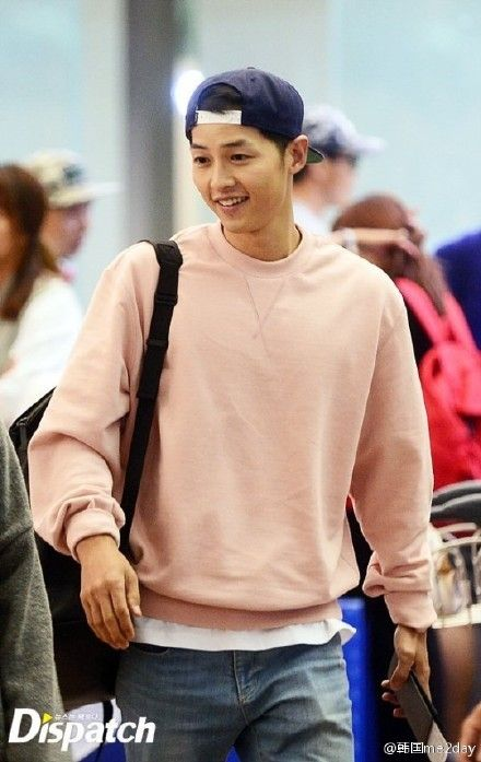 Song Joong Ki jets off to Greece to film 'Descendants of the Sun' and he is cuter than ever.