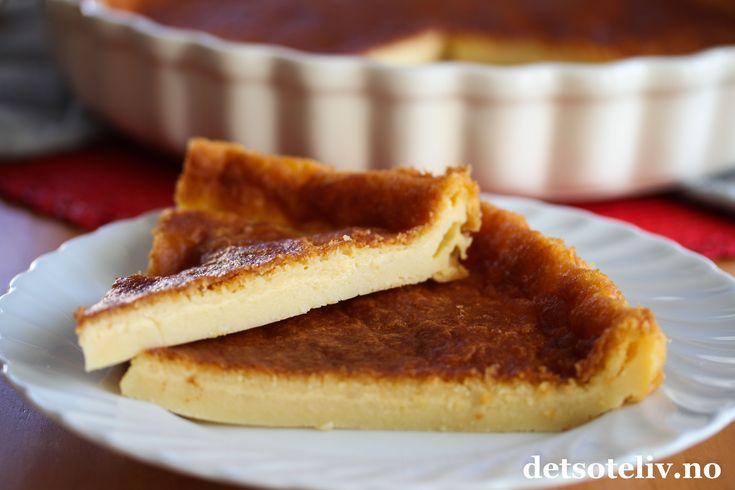 """""""Far breton"""" er en veldig klassisk fransk dessertkake som stammer fra Bretagne, nordvest i Frankrike. Konsistensen er nærmest puddingaktig og veldig liken Clafoutis, som du også finner oppskrift på her på Det søte liv i flere varianter - og hvor den mest vanlige lages med kirsebær eller aprikoser. Den aller mest berømte varianten av """"Far breton"""" lages med svisker (""""Far breton aux pruneaux""""), men det er heller ikke uvanlig å lage den med rosiner (""""Far breton..."""