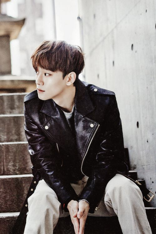Chen's beautiful side view. Let's just take a moment and just admire that face. ;)