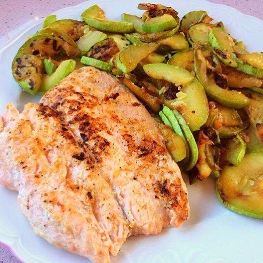 Esta noche de nuevo salmón Jajajaja  ya no me queda más! Y de postre un poco de QFB con nueces y manzana  #iifym #fitness #fitfam #macros #gym #fit #cenasaludable #cenafit #postworkout #nutrition #nutricion #dieta #dietaflexible #foodgood #flex #flexibledieting #carbs  #gains #eatclean #muscle #mensphysique #healthyfood #healthy #fitnessaddict #flexbowl #salmon #verdura #calabacin