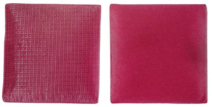 PINK PILLOW    Deze set van twee kussens komt uit de nieuwste collectie van Designers Guild.      Prijs gestreept zijden kussen €85,00 (inclusief gratis verzenden)    Prijs zacht geometrisch velours kussen met wol €75,00 (inclusief gratis verzenden)