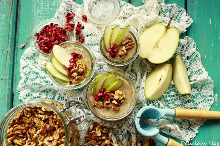 Kroupovo-hruškový pohár s ořechy a brusinkami