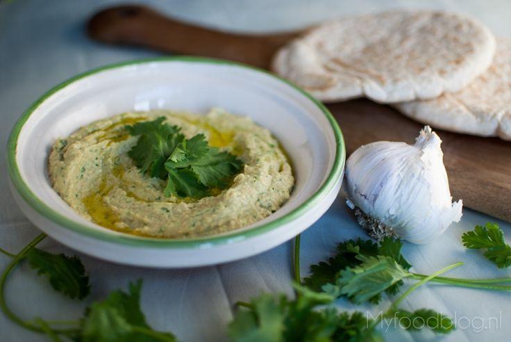 Op zoek naar een lekker fris hummus recept? Deze hummus met koriander en limoen is heerlijk fris en snel klaar!
