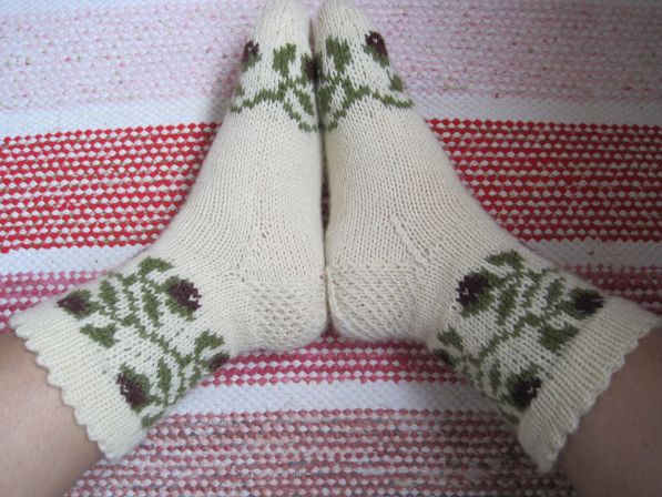 Näillä sukilla osallistuin Suuri Käsityölehden ja Novitan kirjoneulesukkakilpailuun. 10 kauneinta sukkaa on nyt julkistettu, ja valitettavasti tällä kertaa pistesijat jäivät saavuttamatta. Itse ole…