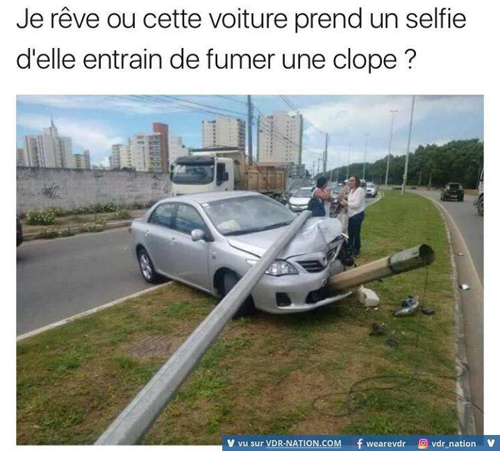 Cette voiture prend un selfie d'elle en train de fumer une clope... xD