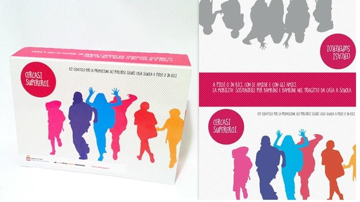 Mobilità sostenibile - Merchandising: Un kit didattico che comprende una scatola contenitore, manifesti didattici, stencil, adesivi, T-shirt e brochure informative.