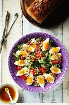 Jajka na sałacie z prażonym słonecznikiem | gotuj zdro… na Stylowi.pl