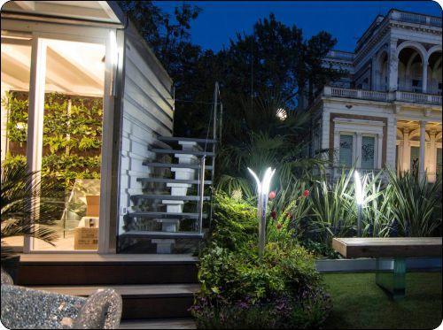 Lampioncini Led da esterno linea Mini-Minimalism III in un'esposizione di Giardini e terrazzi a Bologna in un esempio installativo in un giardino con linee moderne e trasparenze