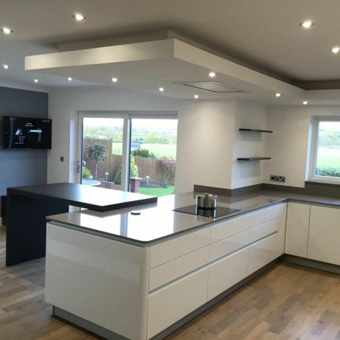 suelo de madera, balsa gris, ventanas grandes, cocina blanca y gris