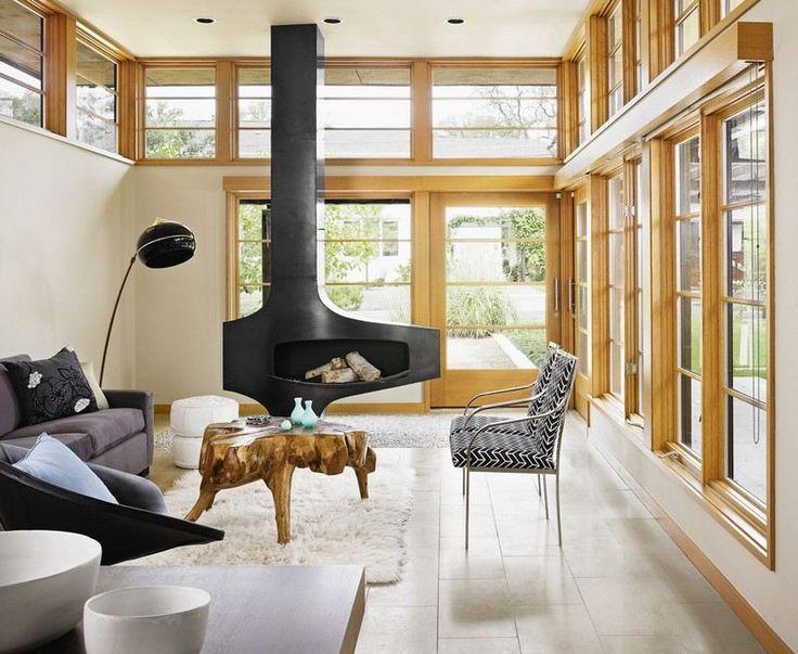 cheminée centrale contemporaineet table basse en bois pétrifié