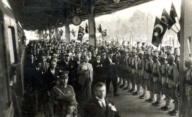 Fotoğrafta, Gazi Mustafa Kemal Atatürk'ün Ankara Tren Garı'nda karşılanması…