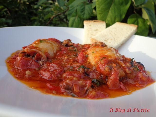 Calamari ripieni in 30 minuti con la pentola a pressione.  Adoro questo piatto, il sughetto succulento avvolge ed ingloba tutti i ricchi sapori mediterranei inseriti. Inzupparci il pane è una vera goduria!