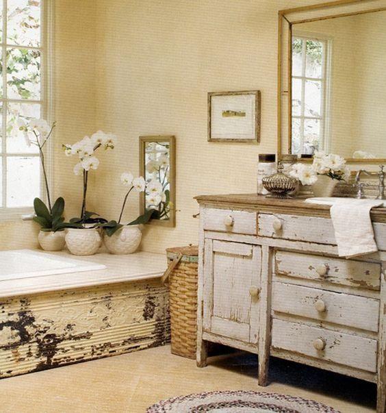 Abgenutzte schäbige schicke Badezimmer Eitelkeit mit einem natürlichen Holz Zähler