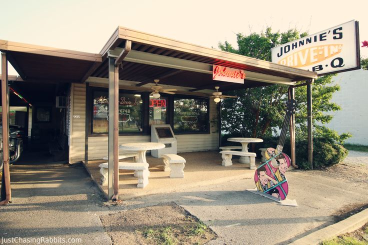 #Tupelo, Mississippi's Oldest Restaurant- Johnnie's Drive-In- was a favorite of #Elvis Presley that continues to be a favorite of locals and tourists alike. Must-see in #Mississippi. Via Just Chasing Rabbits